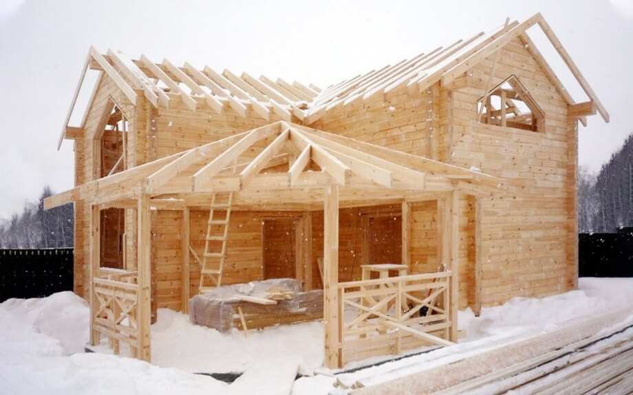 Зимнее строительство частного дома из дерева